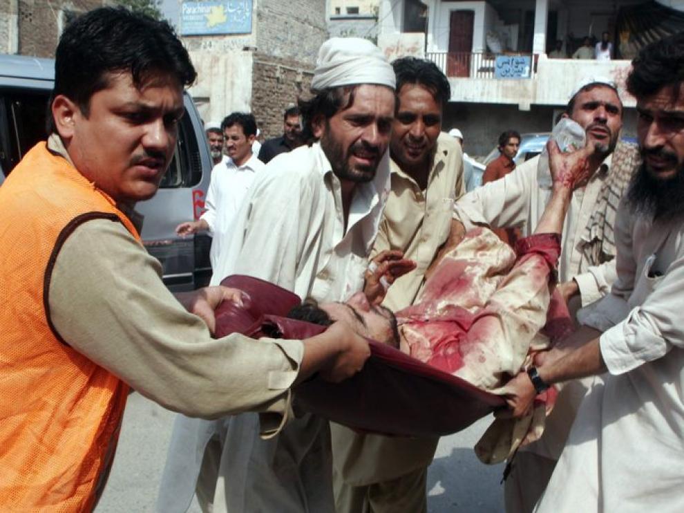 Varios hombres trasladan a uno de los heridos tras el atentado