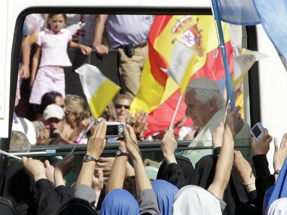 Cientos de religiosas recibieron al Papa en El Escorial