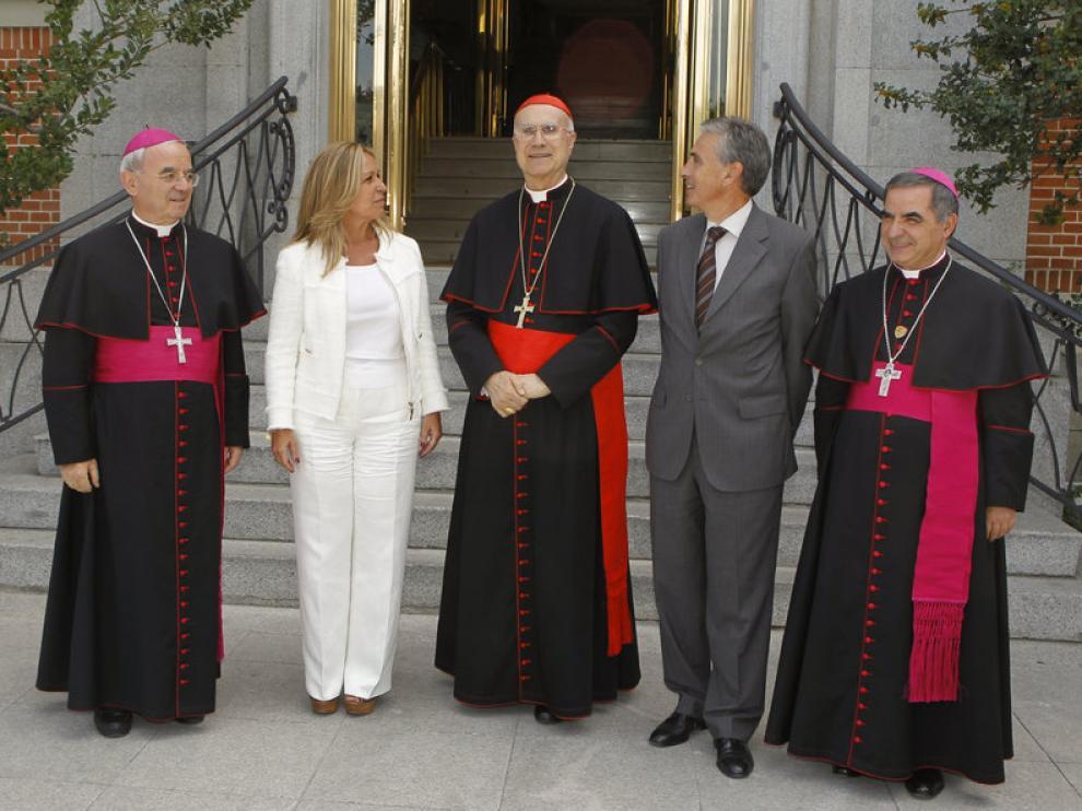 - El ministro de la Presidencia, Ramón Jáuregui, y la ministra de Asuntos Exteriores, Trinidad Jiménez, recibieron al secretario de Estado del Vaticano, cardenal Tarcisio Bertone
