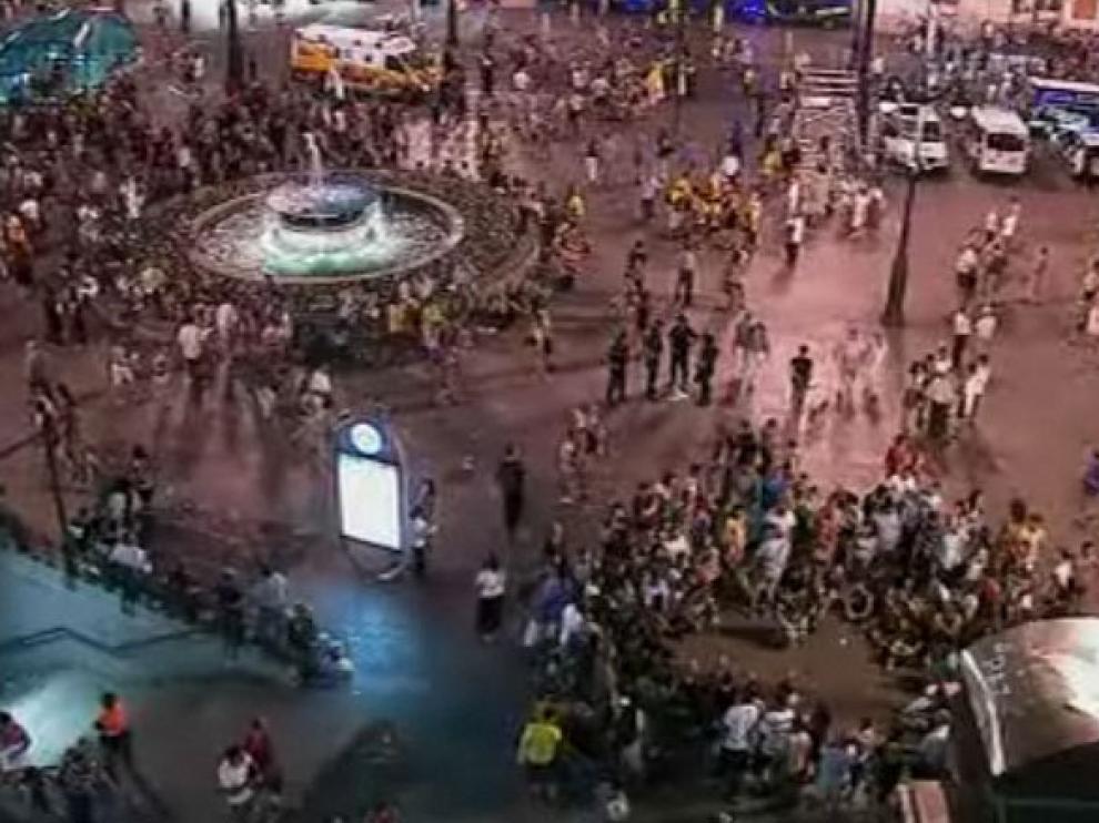Imagen de la Puerta del Sol de Madrid pasadas las 23.00 de este viernes