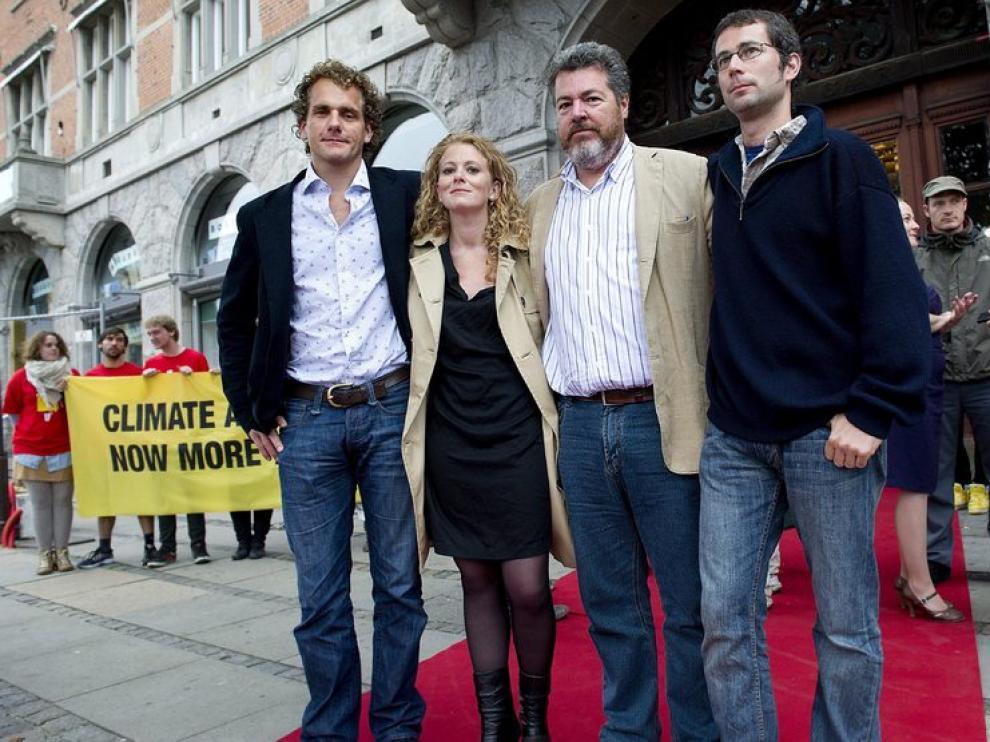 Activistas de Greenpeace junto al español Juan Lopez de Uralde frente a los juzgados de Copenhague