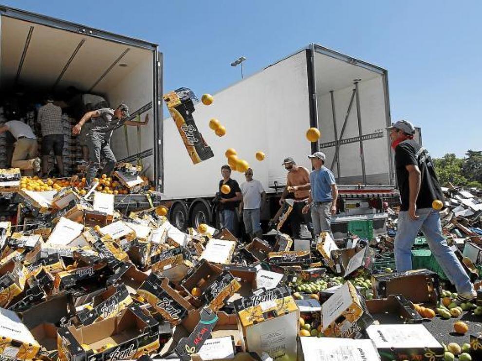 Uno de los ataques de agricultores franceses contra camiones españoles, en julio pasado.