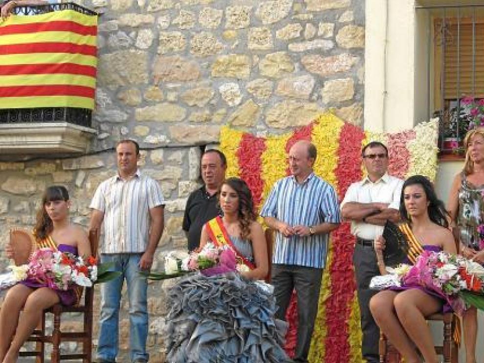 La pregonera, Carmeta Pallarés, ayer junto a las reinas de 2011.