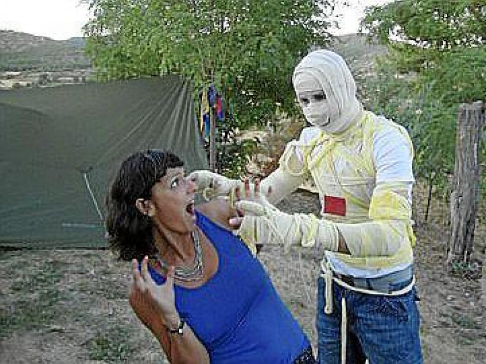 Los zombis (y los mortales) que acuden al festival de cine de terror de Obuxo acampan sobre el cementerio de Javierrelatre