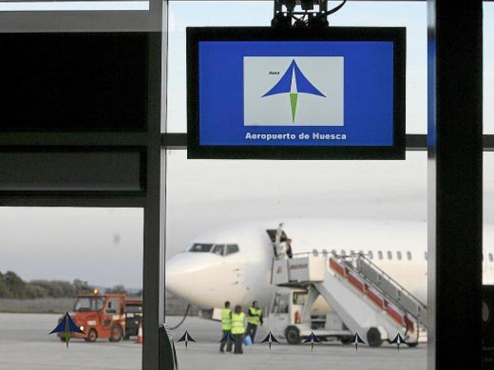 Esta imagen de un avión recién llegado al aeropuerto de Huesca podría no repetirse el próximo invierno.
