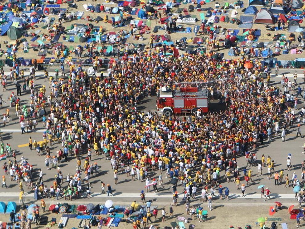 Cientos de peregrinos se concentran alrededor de un camión de Bomberos