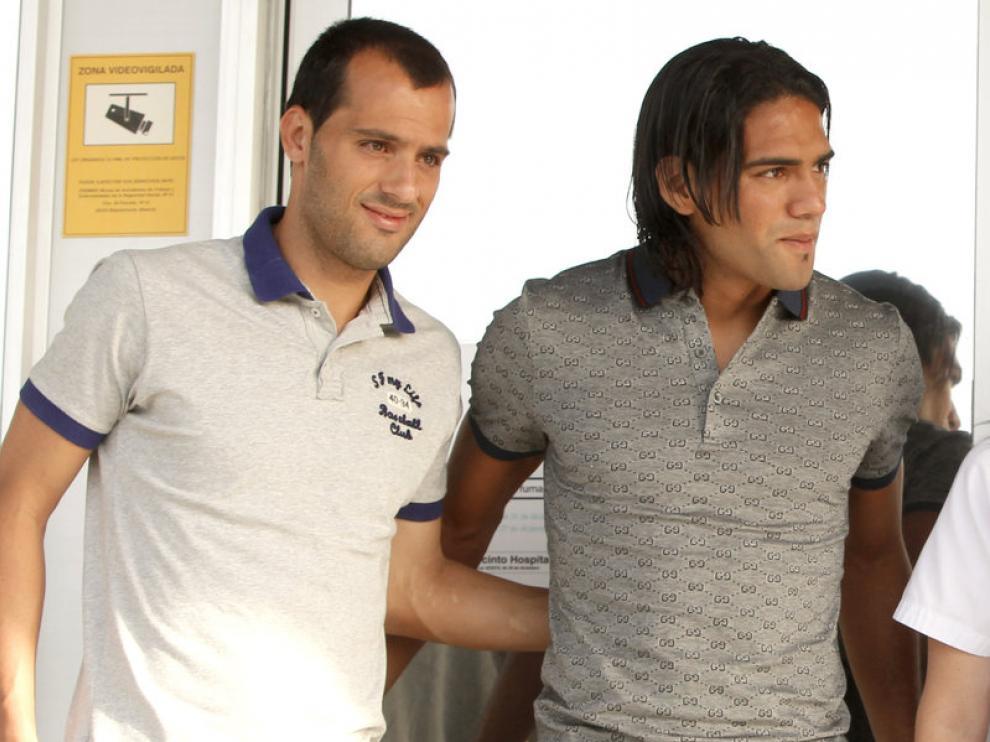 Ruben Micael (izquierda) y Falcao (derecha) acuden a su cita para pasar la revisión médica
