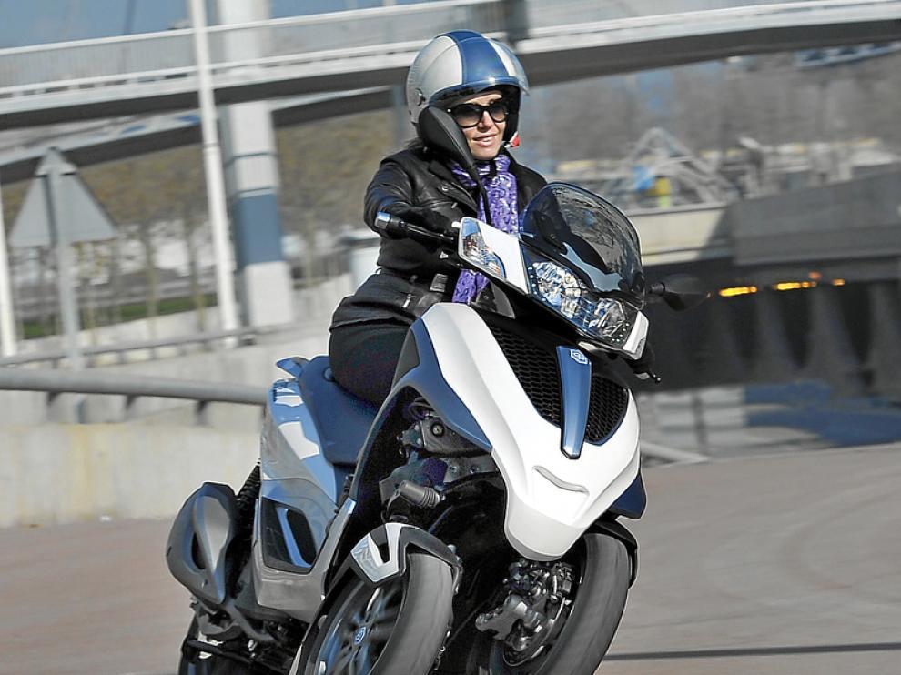 La amortiguación delantera permite inclinar el vehículo como una moto convencional