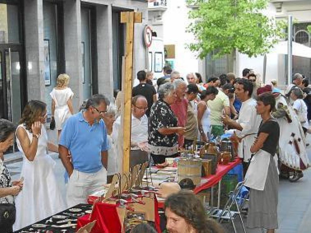 Los visitantes pudieron comprar 'stocks' del comercio de Barbastro.
