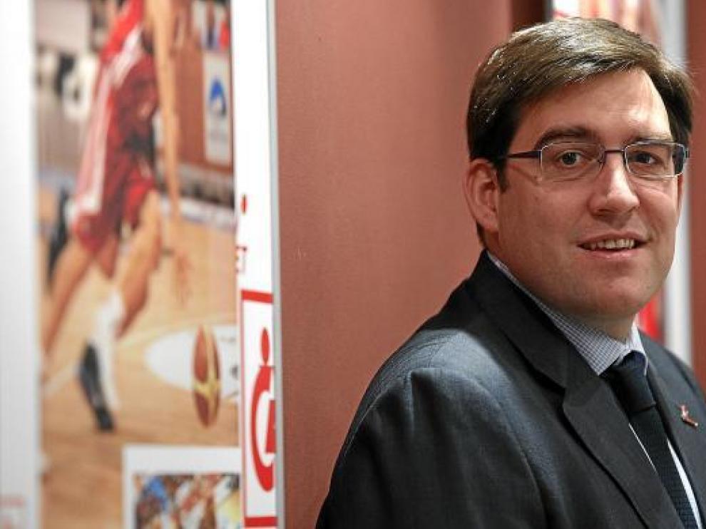 El presidente del CAI, Reynaldo Benito, posa en las oficinas del club.