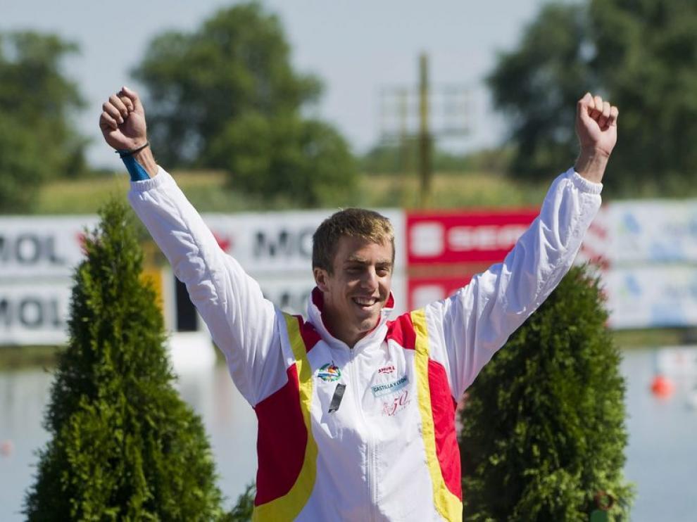 El español Alfonso Benavides celebra con su medalla de bronce durante la carrera C1 200m