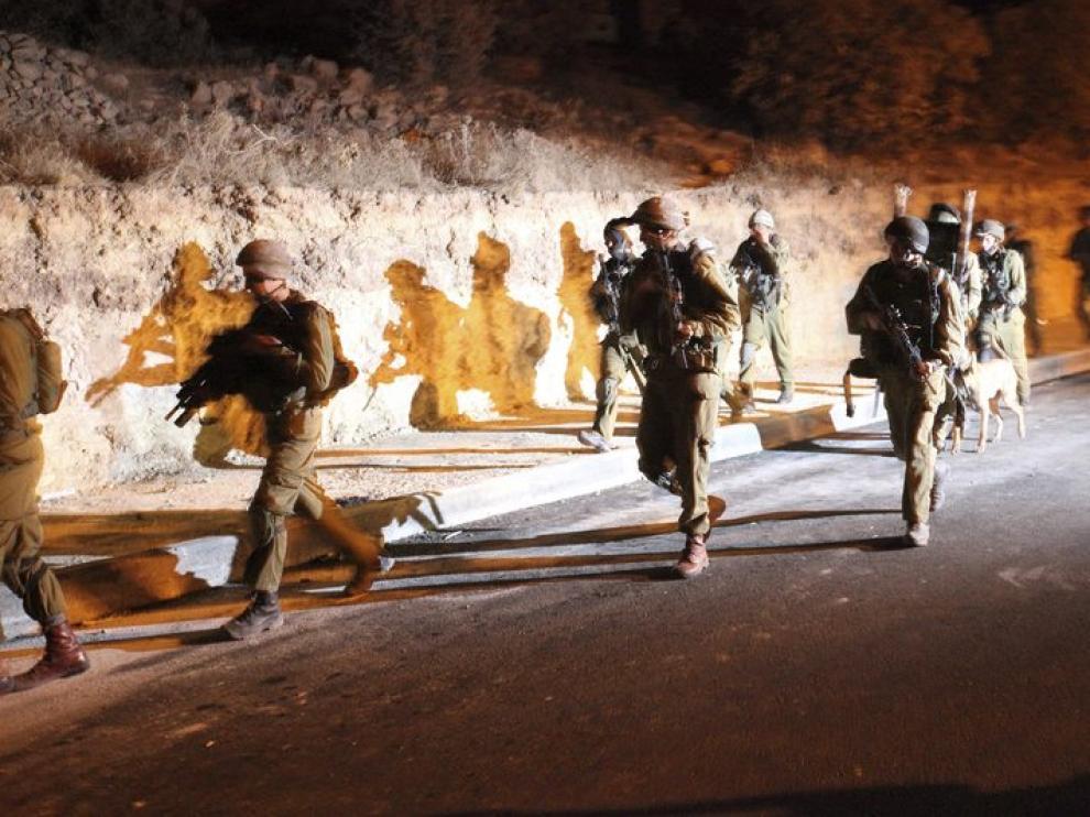 Soldados israelíes en una operación durante la noche