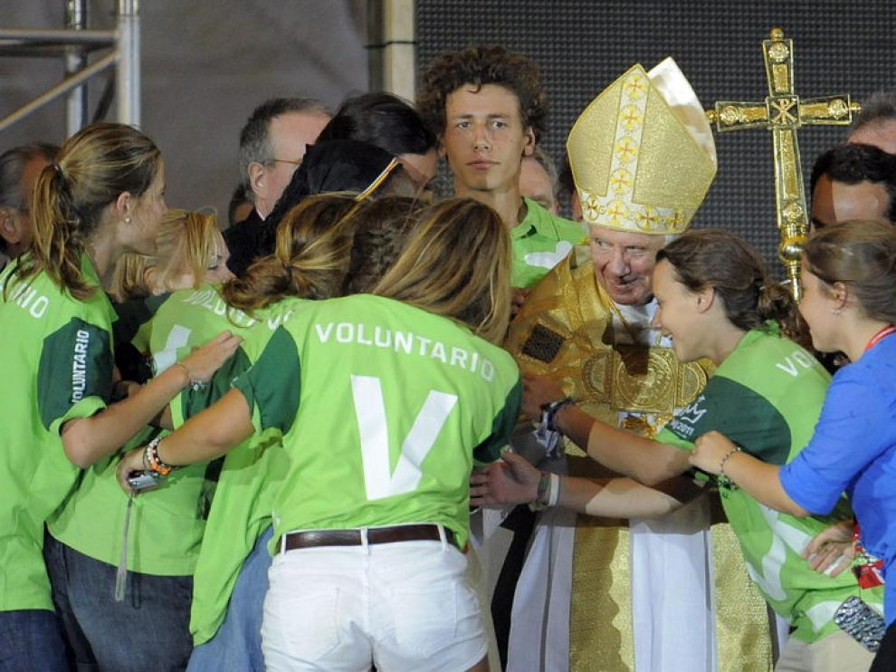 Un grupo de voluntarias de la JMJ saluda al Pontífice durante la vigilia en Cuatro Vientos