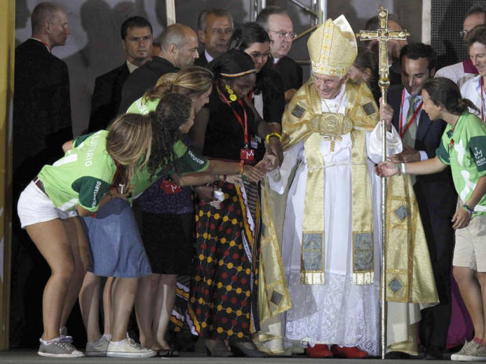 Benedicto XVi con varios jóvenes en Madrid en 2011