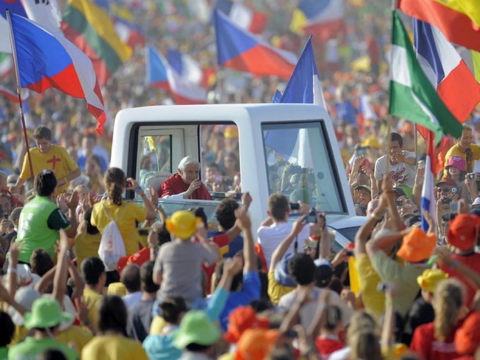 El Papa saluda a los jóvenes a su llegada al aeródromo