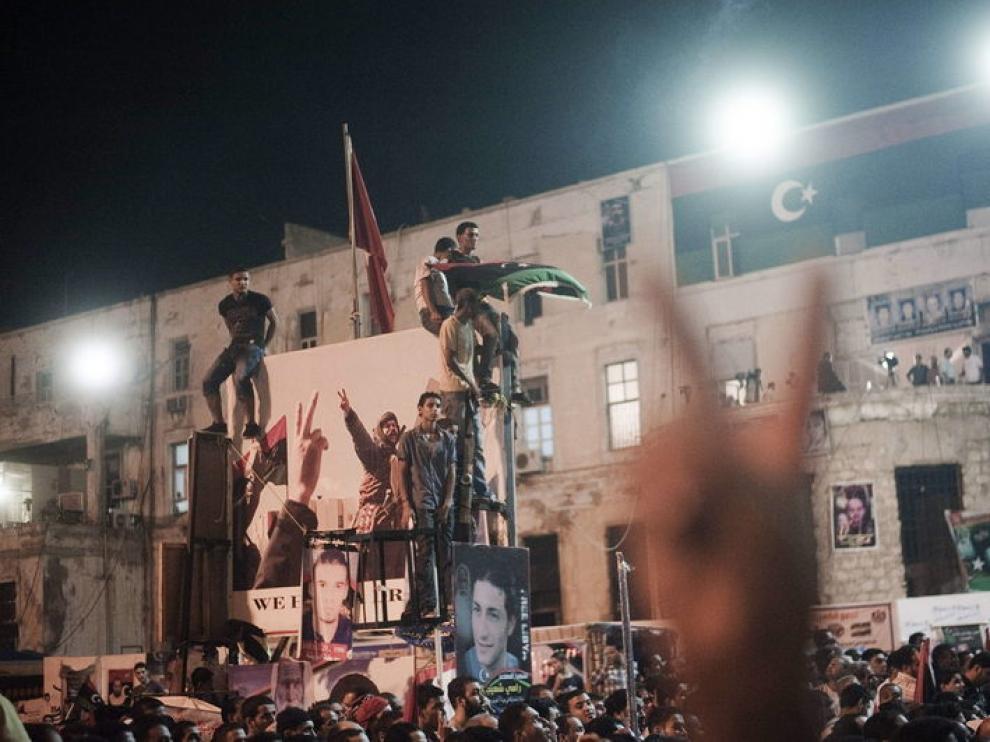 Cientos de personas celebran el ataque de los rebeldes a la capital libia