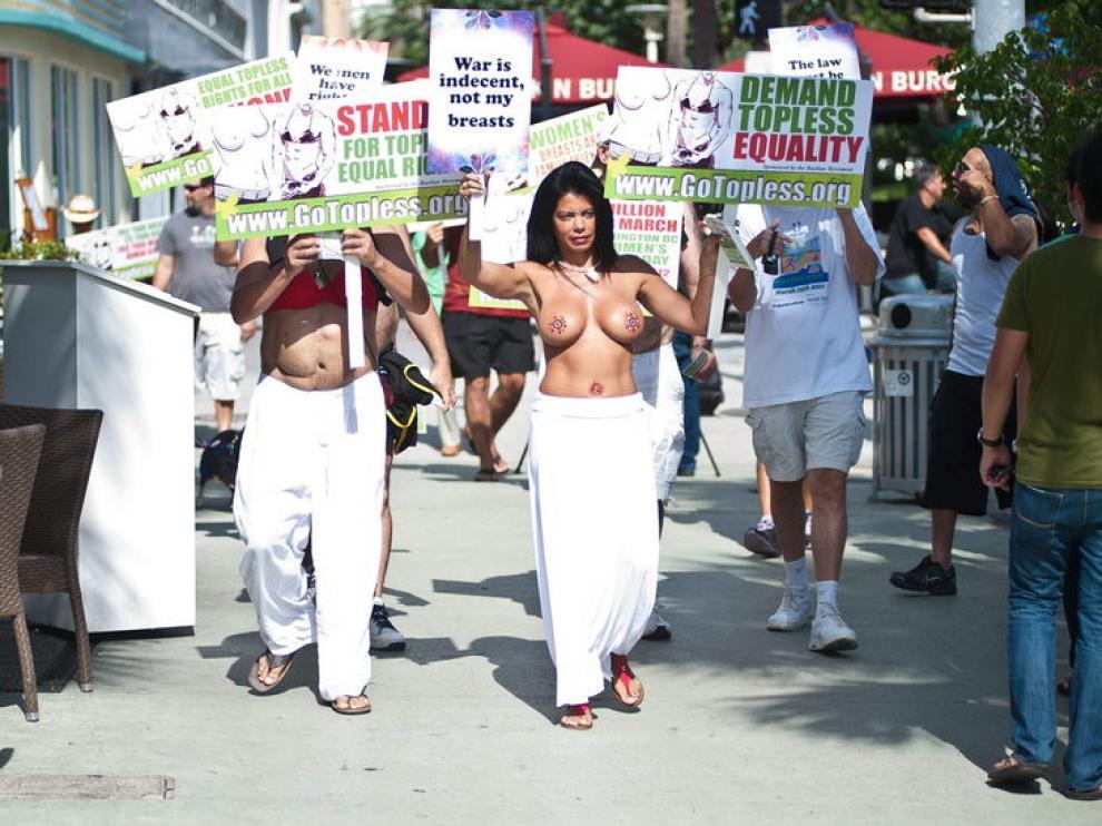 Manifestantes en favor del 'topless en EE.UU.