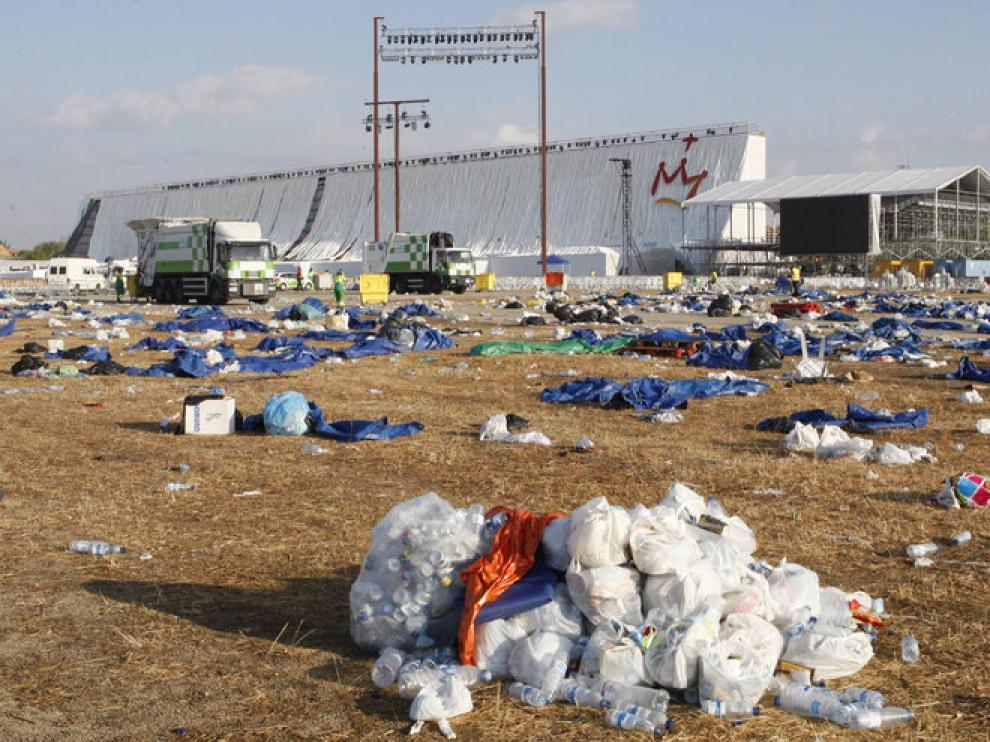 Vista general de los restos y desperdicios que han quedado en el suelo de la Base Aérea de Cuatro Vientos