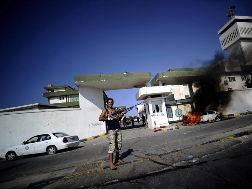 Rebeldes armados en las puertas de una academia militar en Trípoli