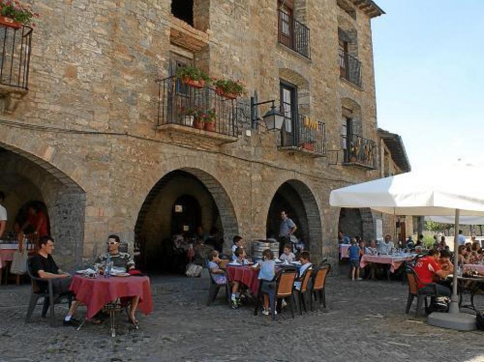 Los restaurantes de la plaza mayor de Aínsa estaban prácticamente llenos ayer al mediodía.