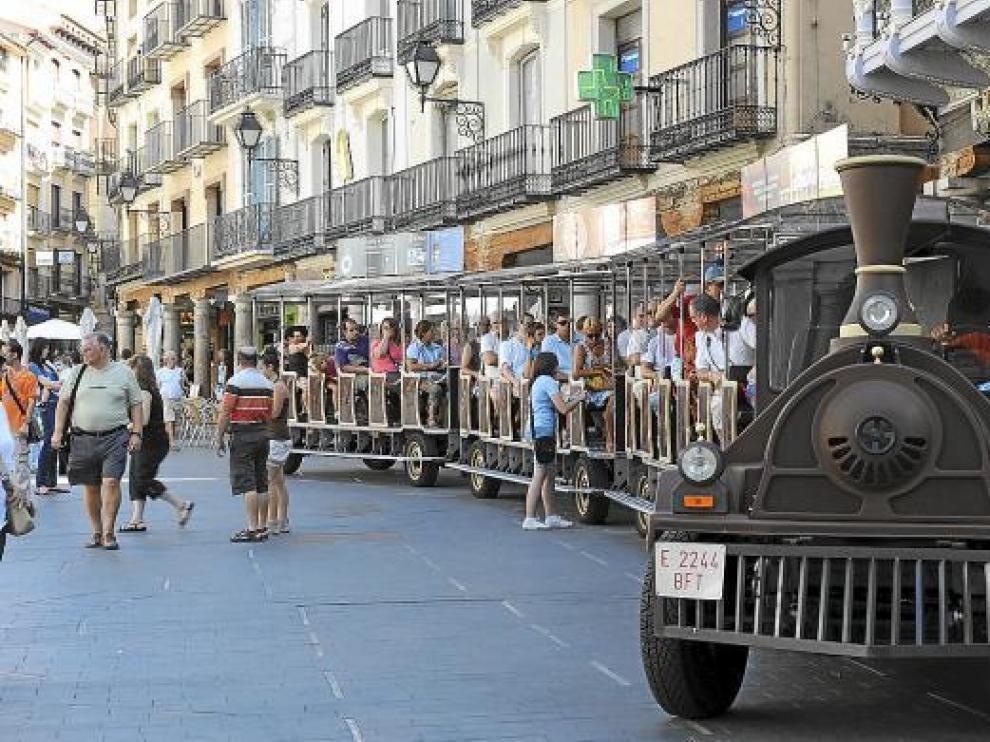 El tren turístico al completo en la plaza del Torico.