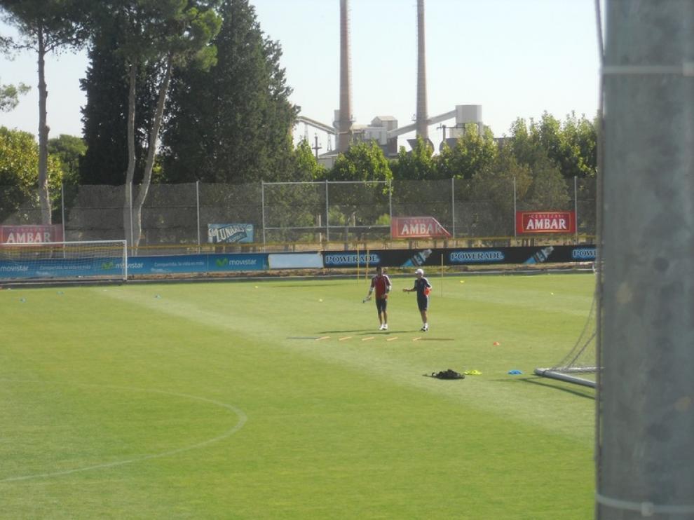 Charla de Javier Aguirre con Toni Doblas durante el entrenamiento