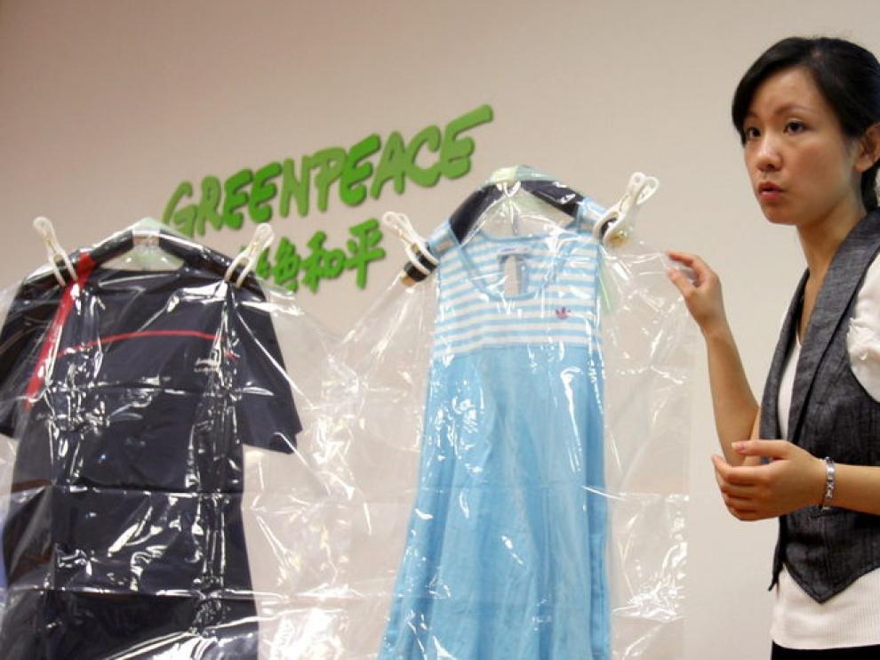 La activista de Greenpeace Li Yifangin expone los resultados de un estudio de sustancias tóxicas con algunas prendas analizadas