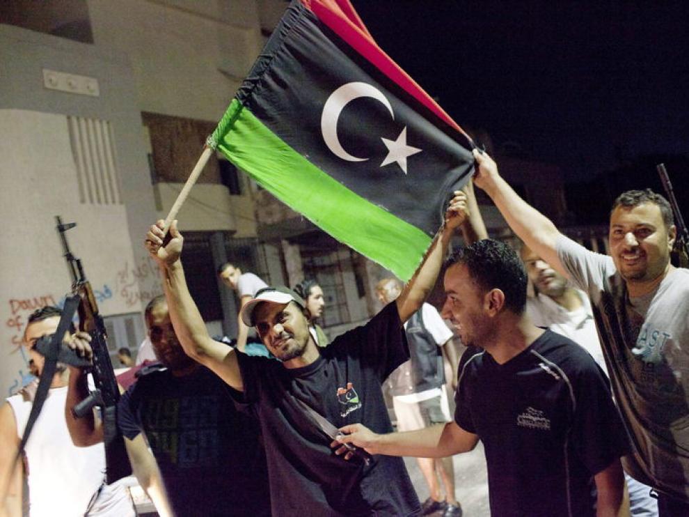 Un grupo de rebeldes durante su entrada a Trípoli