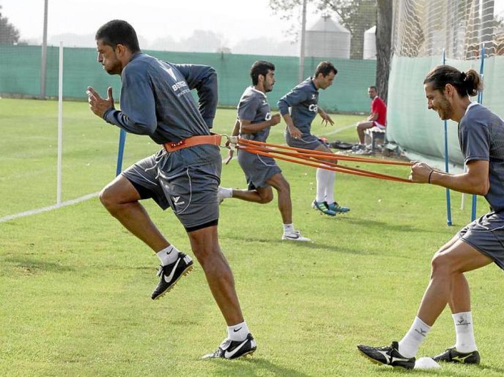 Tariq se quiere salir otra vez este año. En la imagen, Ochoa lo sujeta en un ejercicio de fuerza en el entrenamiento de ayer.