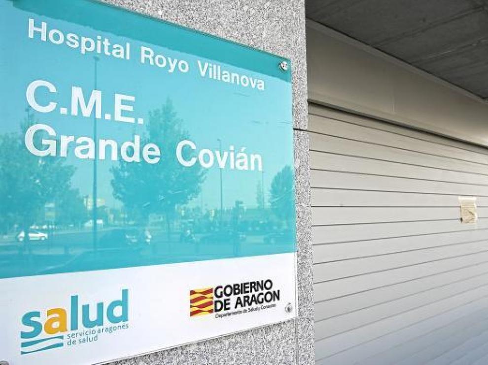 Las puertas del centro de especialidades Grande Covián, ayer por la tarde, cerradas al público.