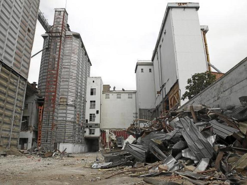 Estructuras metálicas acumuladas en el interior de la fábrica de Harinas Porta.