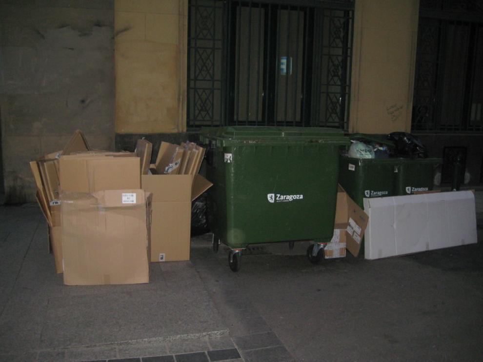 Un contenedor en una céntrica calle zaragozana
