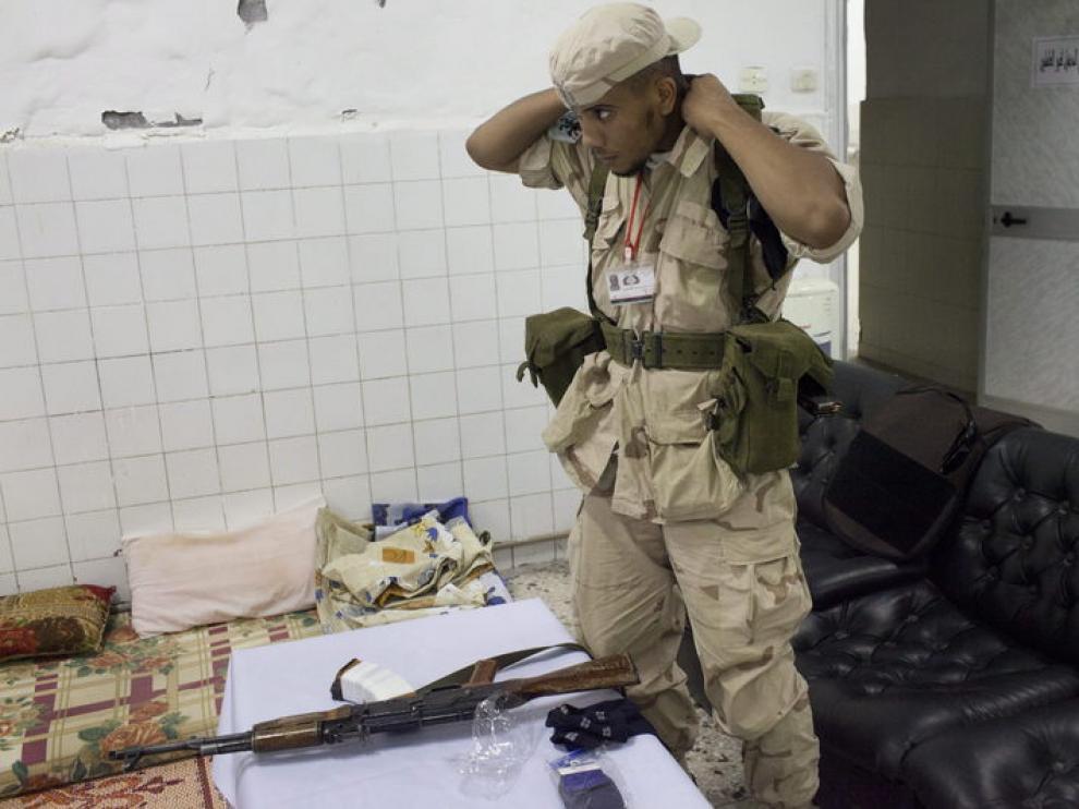 Un rebelde libio se prepara para patrullar por las calles de Trípoli