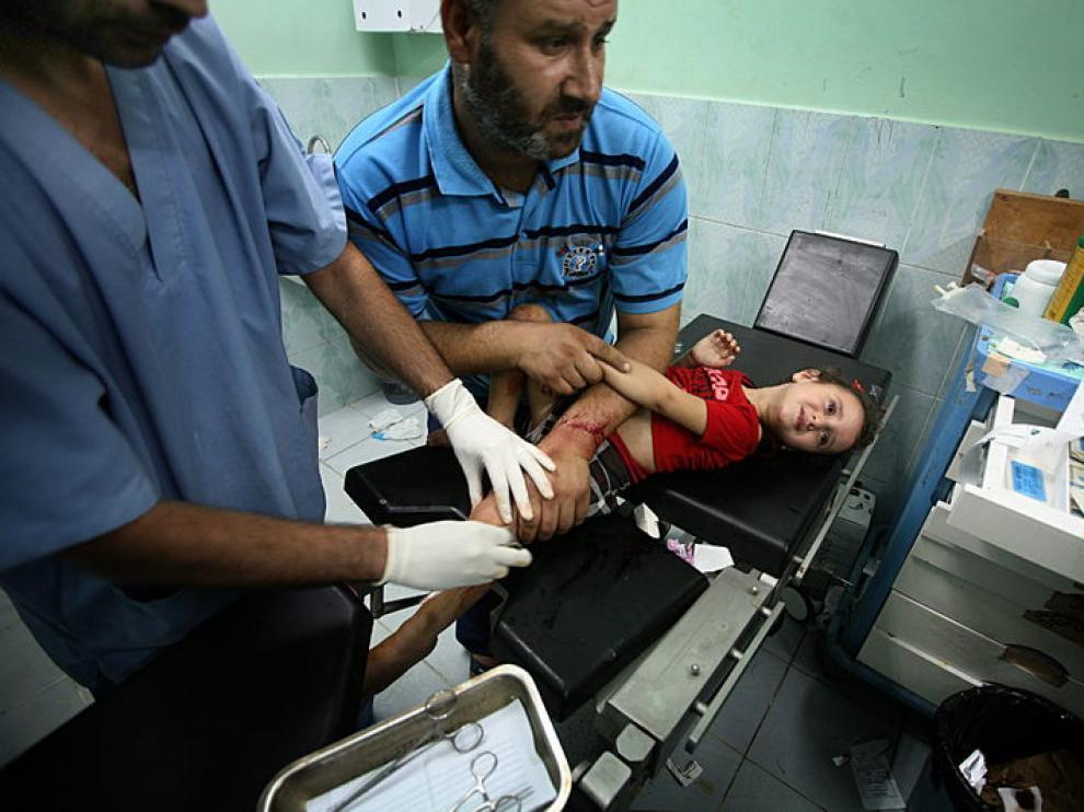Una niña herida en los ataques israelínes es atendida en un hospital