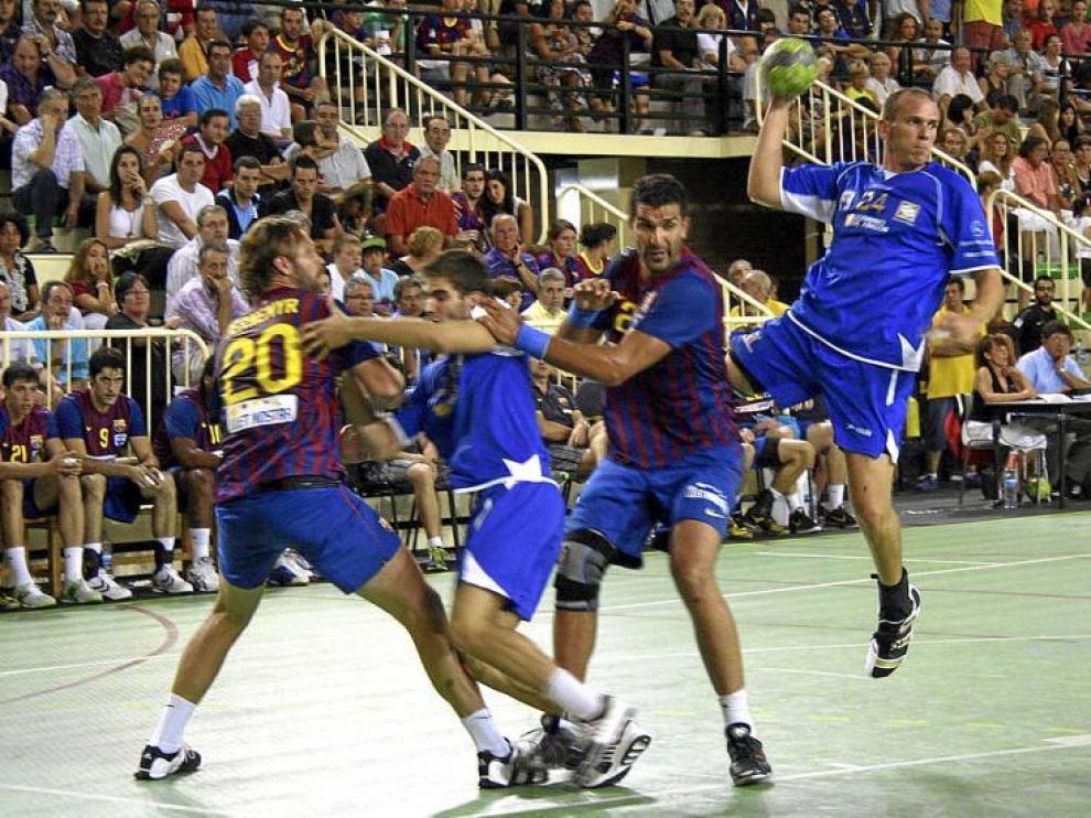 El BM Huesca aguantó durante los primeros minutos, aunque después le fue muy difícil romper la sólida defensa azulgrana.