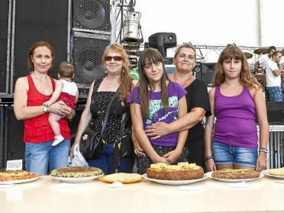 Las mejores cocineras de Las Fuentes, con sus platos.