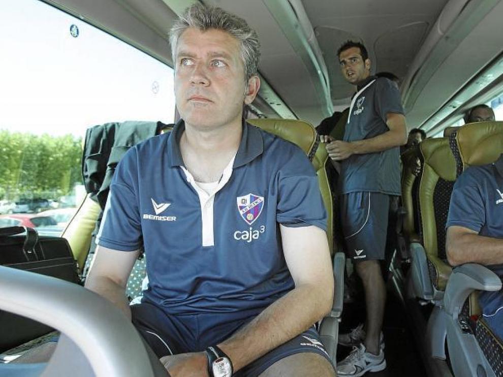 Ángel Royo, concentrado, en el asiento del autobús azulgrana, antes de partir hacia Sabadell.