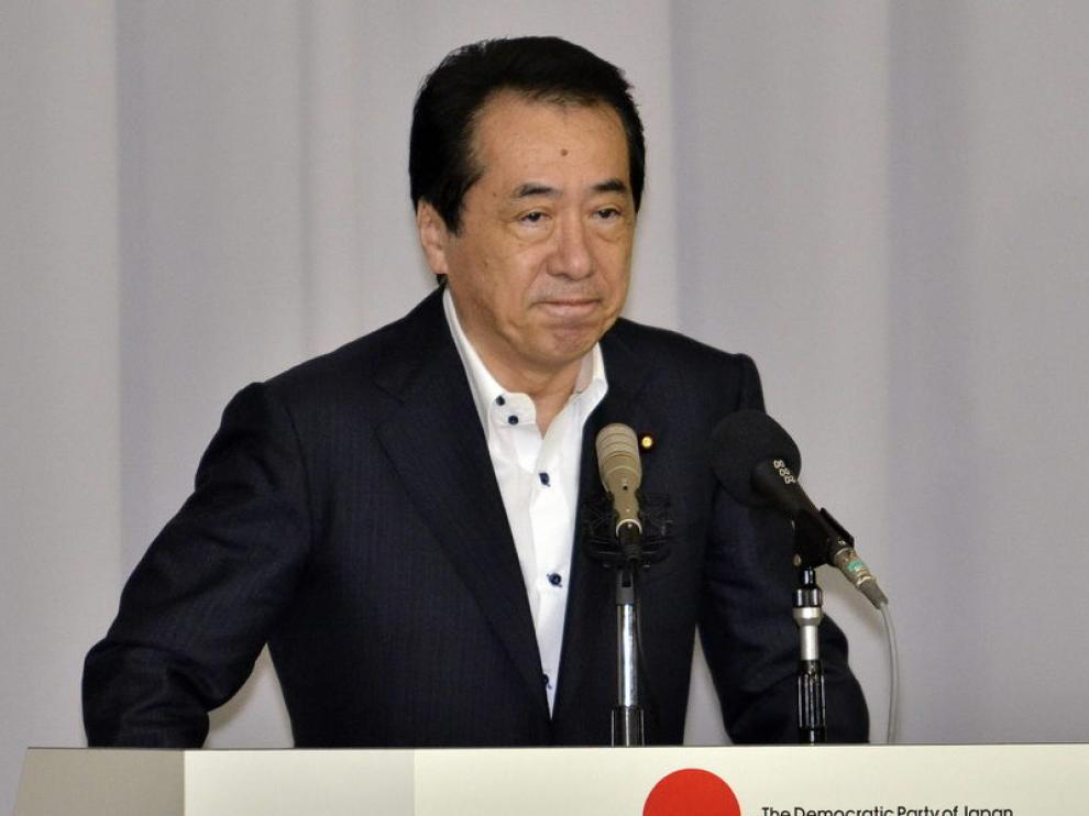 Naoto Kan atiende a la prensa.