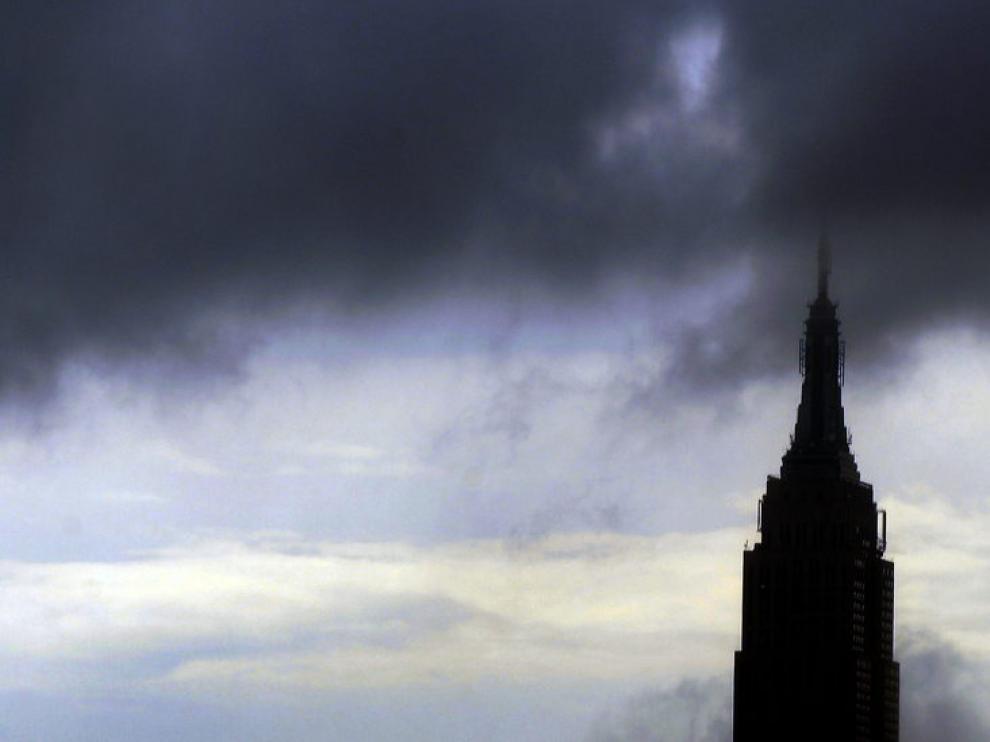 Nubes oscuras anuncian lluvias en el cielo de Manhattan antes de la llegada del huracán