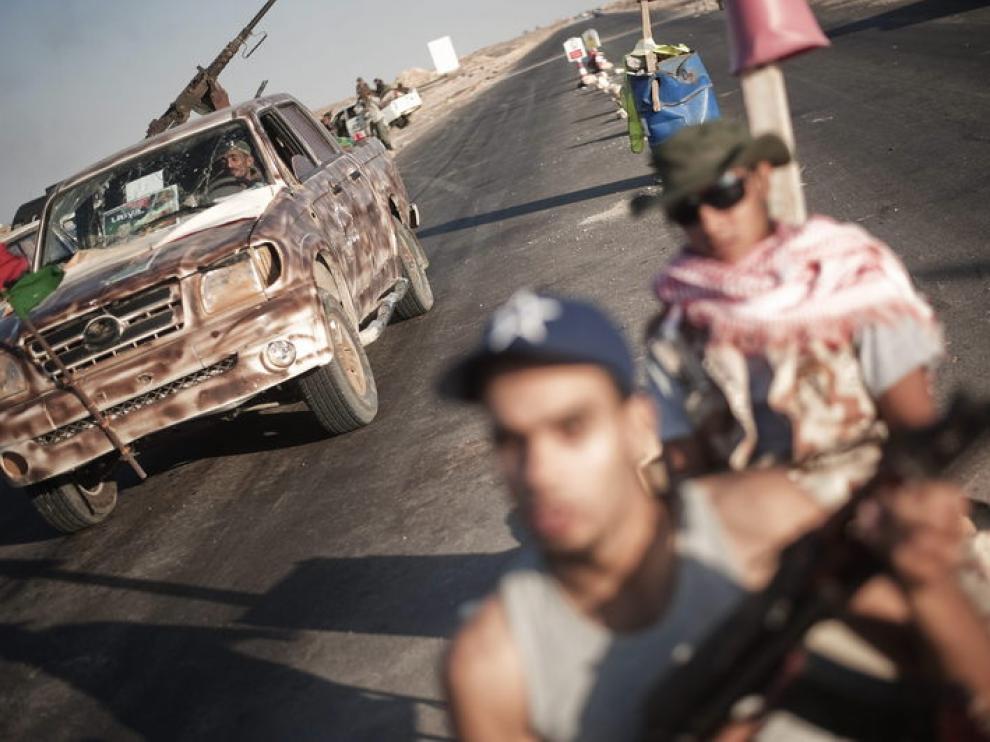 Imagen de archivo de rebeldes libios armados cerca de un enclave petrolífero