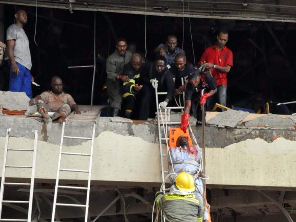 Los servicios de rescate durante la evacuación de algunos heridos tras la explosión
