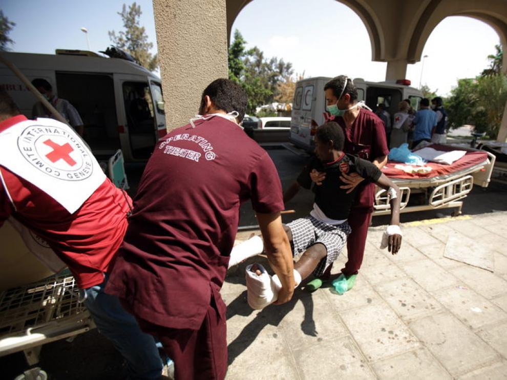 Un herido llega al hospital. Los centros sanitarios están prácticamente desabastecidos