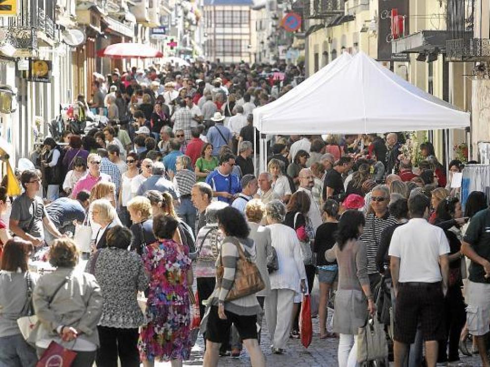 Los puestos de los comerciantes consiguieron llenar ayer las calles de Jaca.