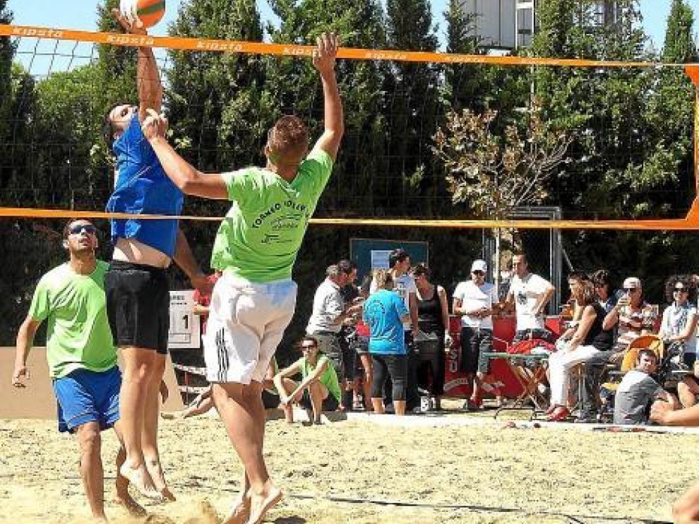 Uno de los partidos disputados sobre un campo especial con 160 toneladas de arena de playa.