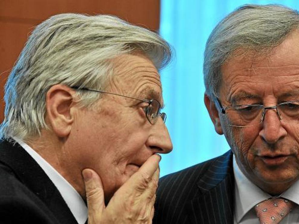 El presidente del BCE, Trichet, conversa con el del Eurogrupo, Juncker, el 14 de junio en Bruselas.