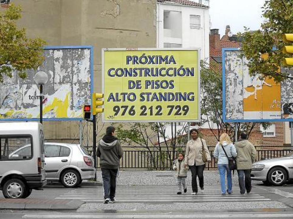 La crisis inmobiliaria ha dejado carteles como este en toda en Zaragoza, esperando a los pisos.