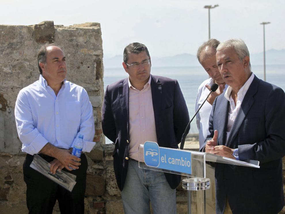 El presidente del PP andaluz, Javier Arenas, durante su visita a Tarifa