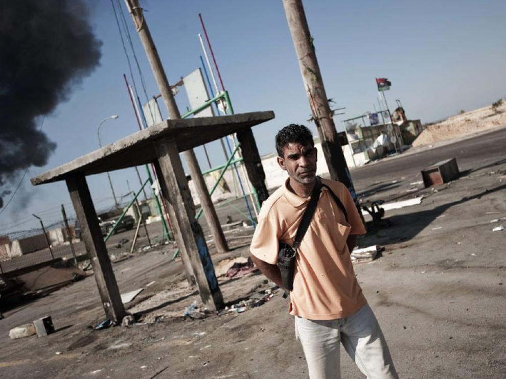 Un rebelde libio en un puesto de control en la ciudad de Brega