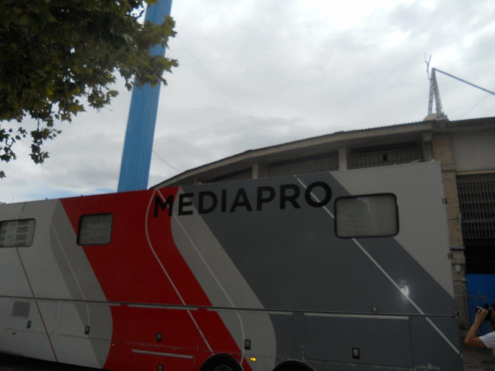 Camión de Mediapro aparcado en el exterior de La Romareda
