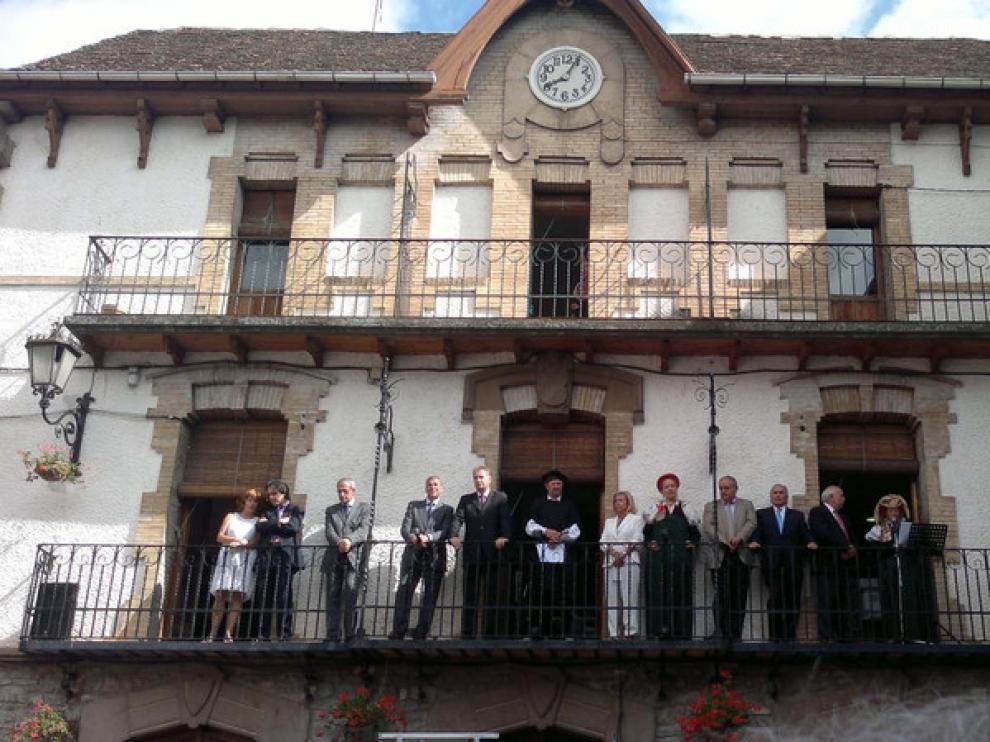 Las autoridades en el balcón del ayuntamiento